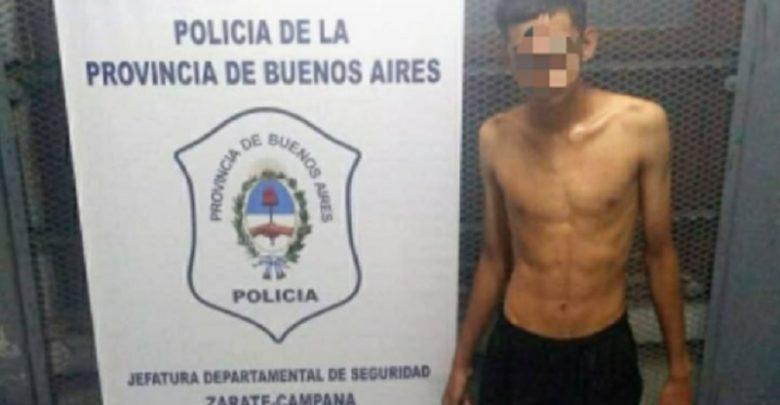 El agresor en momentos de ingresar a sede policial