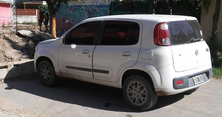 Fiat Uno que ofició de apoyo durante el robo